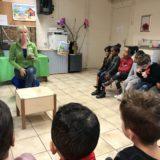 Het onderbouwplein op bezoek bij de kinderboederij.